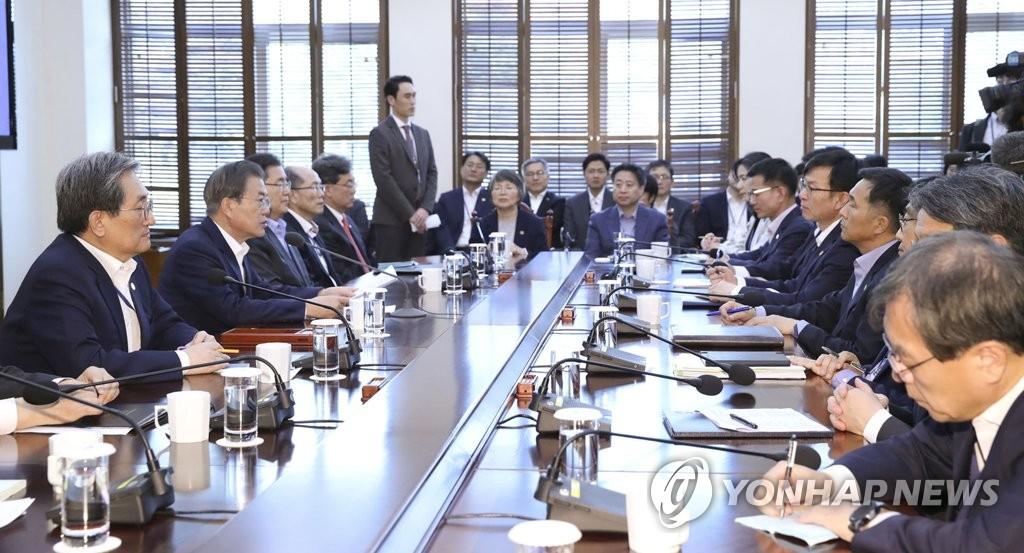 11月11日,文在寅(左二)主持青瓦台首席秘书和辅佐官会议时发言。 韩联社