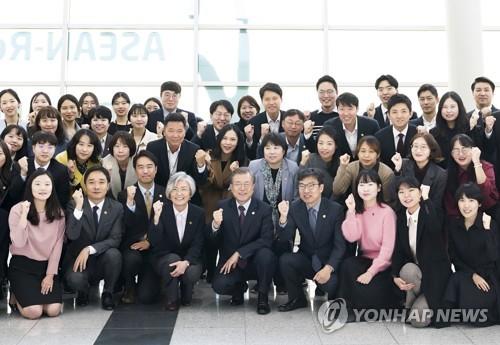 文在寅与韩-东盟峰会筹备组合影