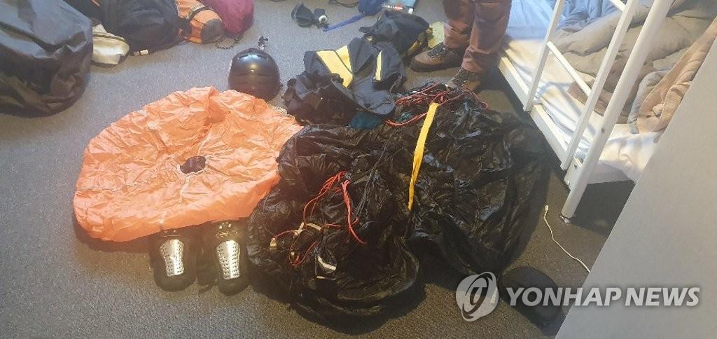 韩国警方11月12日带走两名擅闯超高层商住楼的俄罗斯人。 韩联社/釜山警厅供图(图片严禁转载复制)