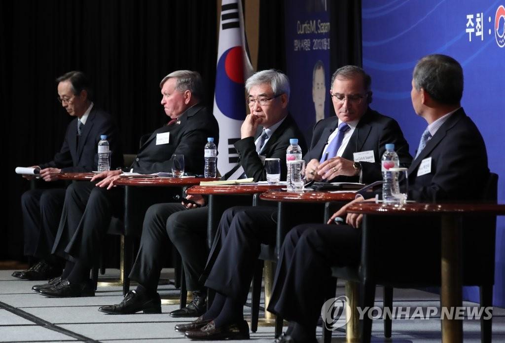 11月13日,在首尔希尔顿千禧酒店,第一届历任韩美联军正副司令论坛与会者展开讨论。 韩联社
