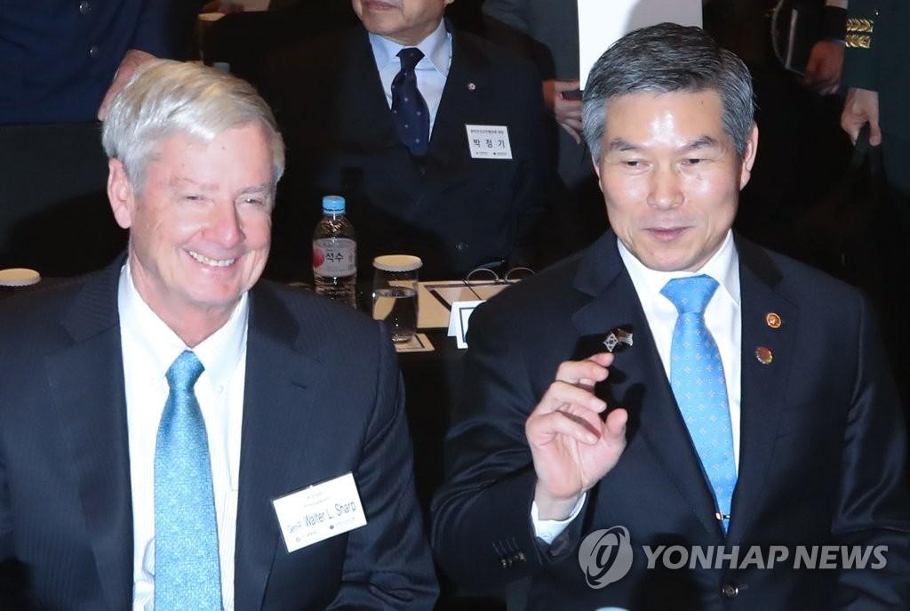 郑景斗(右)和沃尔特•夏普 韩联社