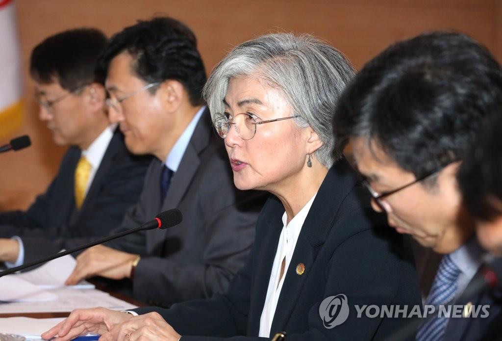 康京和(右二)在韩国-东盟峰会筹备会议上发言。 韩联社
