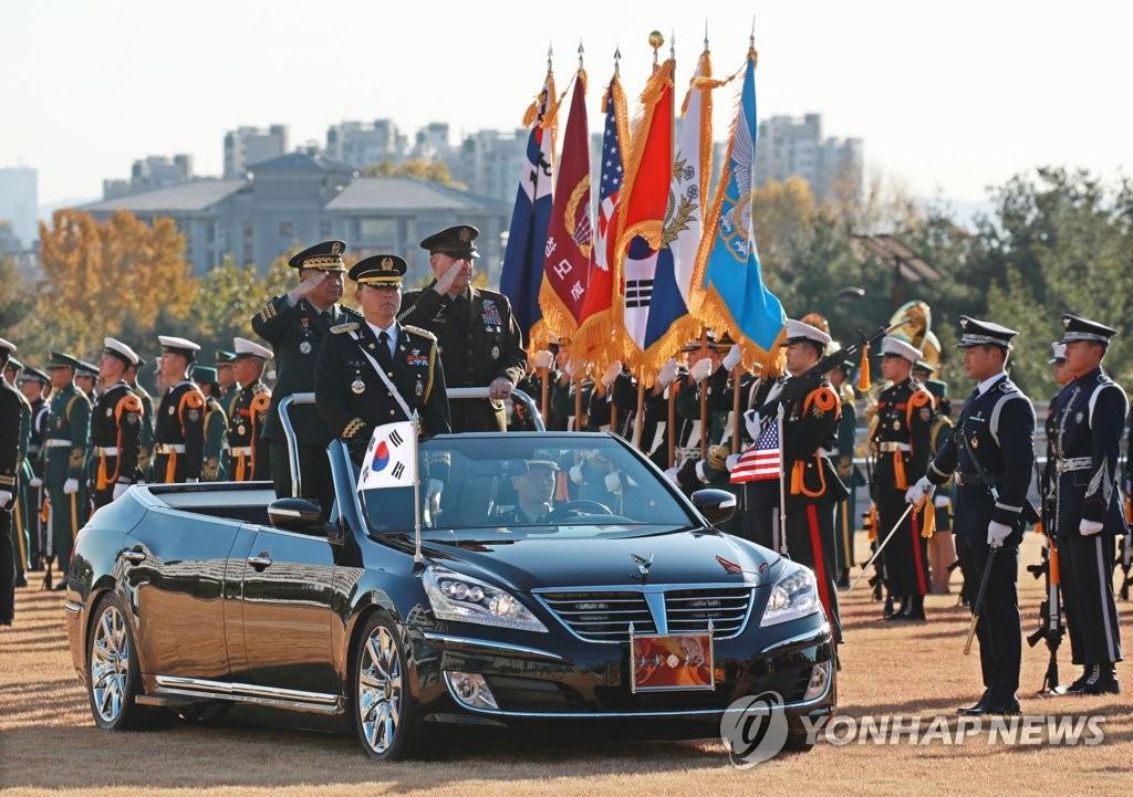 韩美联参议长检阅仪仗队