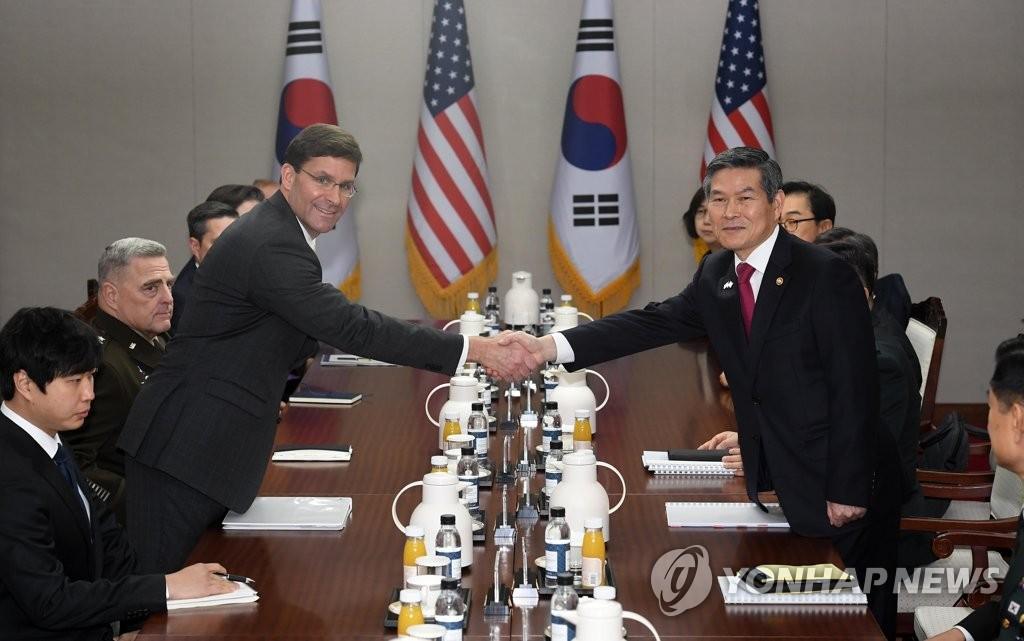 11月15日,在韩国国防部大楼,韩国国防部长官郑景斗(右)和美国国防部长马克·埃斯珀在出席第51次韩美安保会议前握手留念。 韩联社/联合参访团