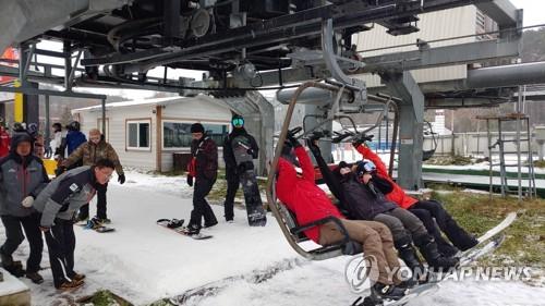 龙坪滑雪场迎初雪
