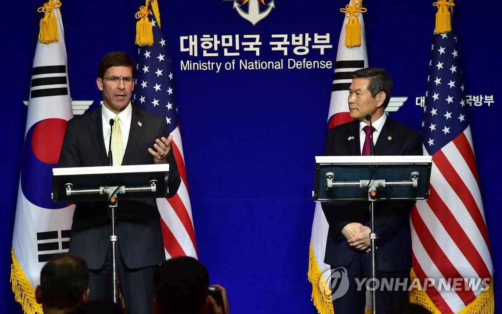 资料图片:2019年11月15日,在位于首尔龙山区的国防部大楼,韩国国防部长官郑景斗(右)和美国国防部长马克·埃斯珀共同会见记者。 韩联社/联合采访团