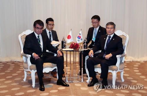 韩日防长在泰会晤