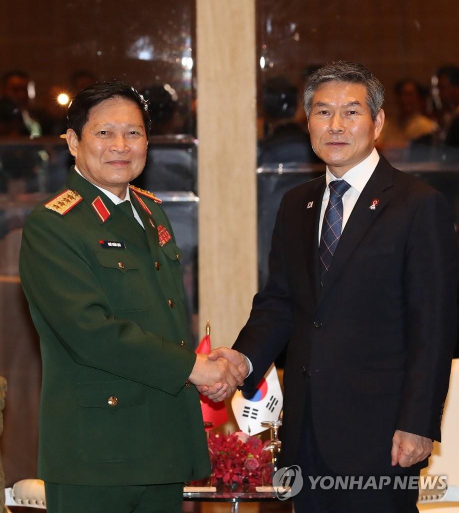 郑景斗(右)和吴春历 韩联社