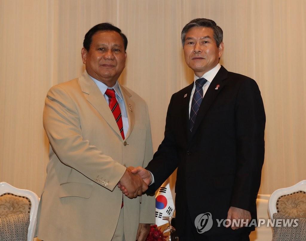 郑景斗(右)和普拉博沃 韩联社