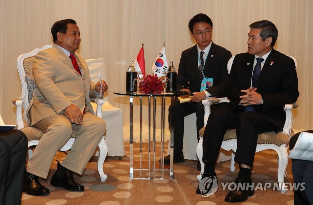 资料图片:郑景斗(右)和普拉博沃交谈。 韩联社