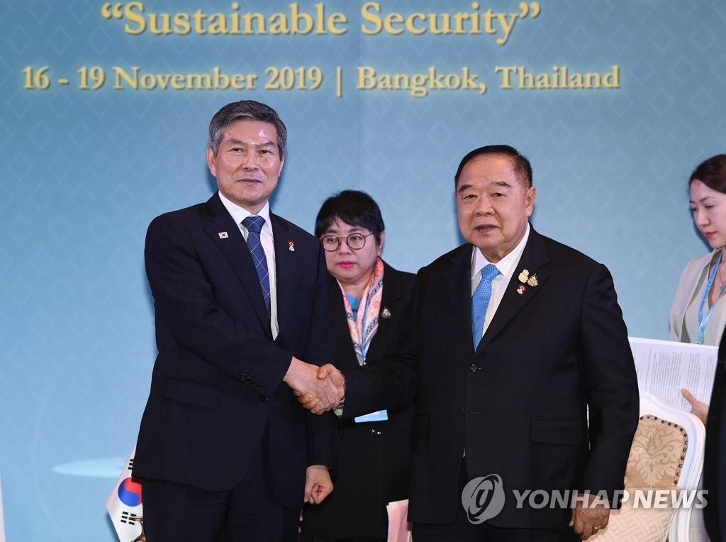 郑景斗(左)和巴威 韩联社