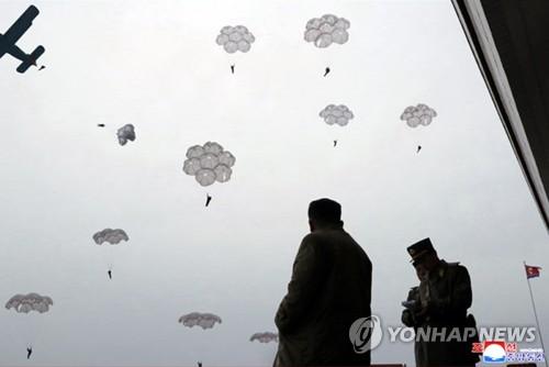 金正恩指导跳伞训练