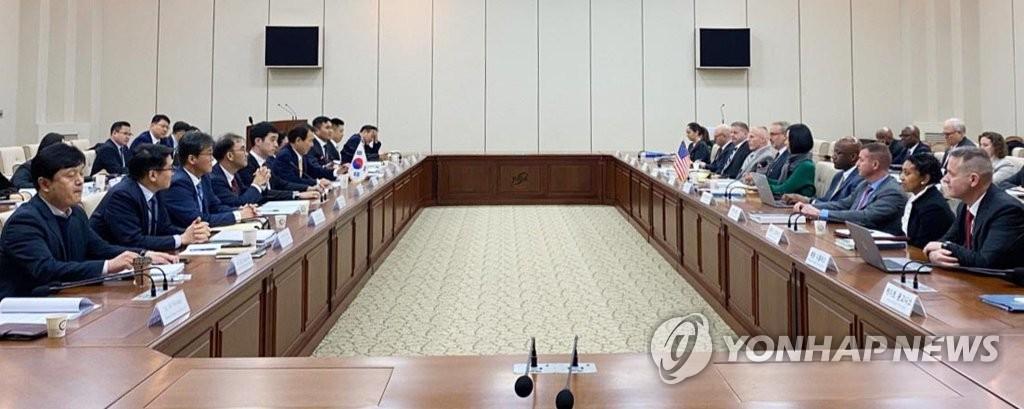 资料图片:11月18日,第11份防卫费分担特别协定(SMA)的第三轮谈判在韩国国防研究院举行。 韩联社/外交部供图(图片严禁转载复制)