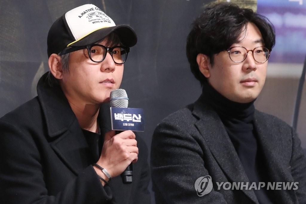 11月19日上午,在首尔市江南区CGV星聚汇影城狎鸥亭店,李海准(左)与金炳瑞并排而坐。 韩联社