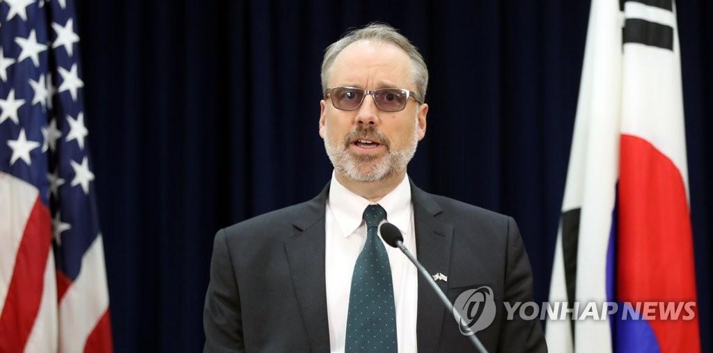 11月19日,在首尔市龙山区的美国驻韩使馆公报处,詹姆斯·德哈特介绍谈判结果。 韩联社