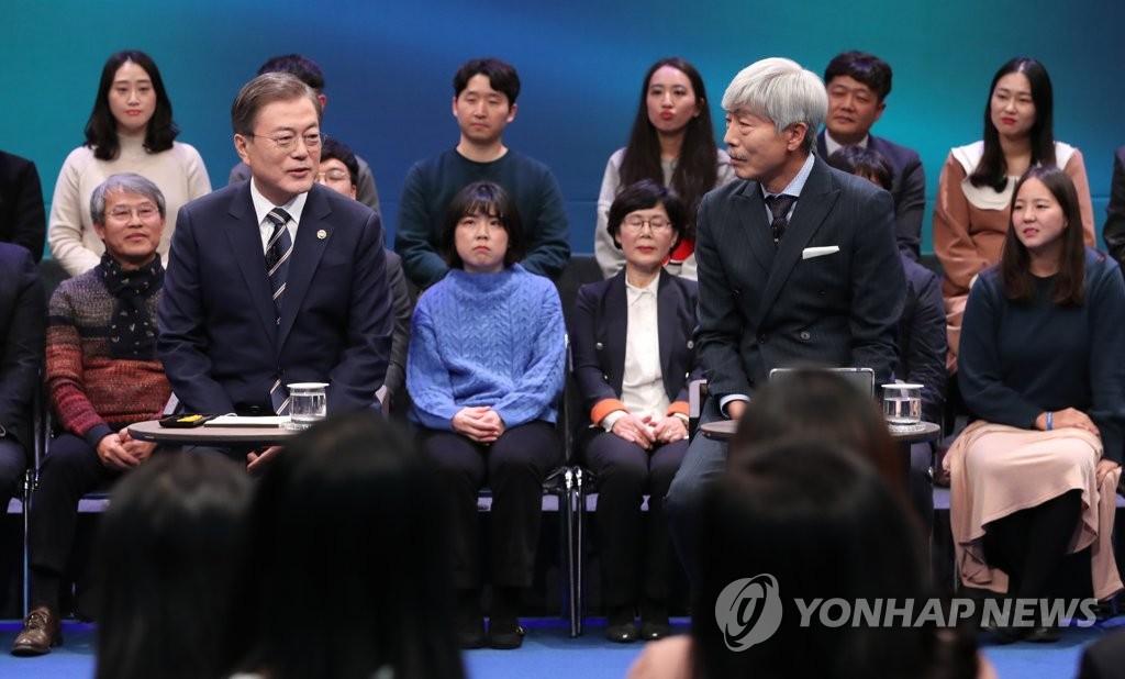 11月19日下午,在MBC电视台,文在寅在问政会上与民对话。 韩联社