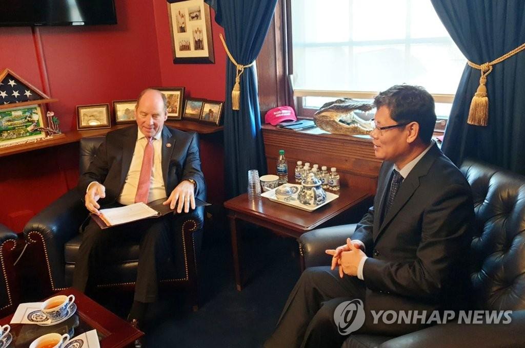 当地时间11月19日上午,韩国统一部长官金炼铁(右)与美国众议院外交委员会亚太小组首席议员约霍会面。 韩联社/统一部供图(图片严禁转载复制)