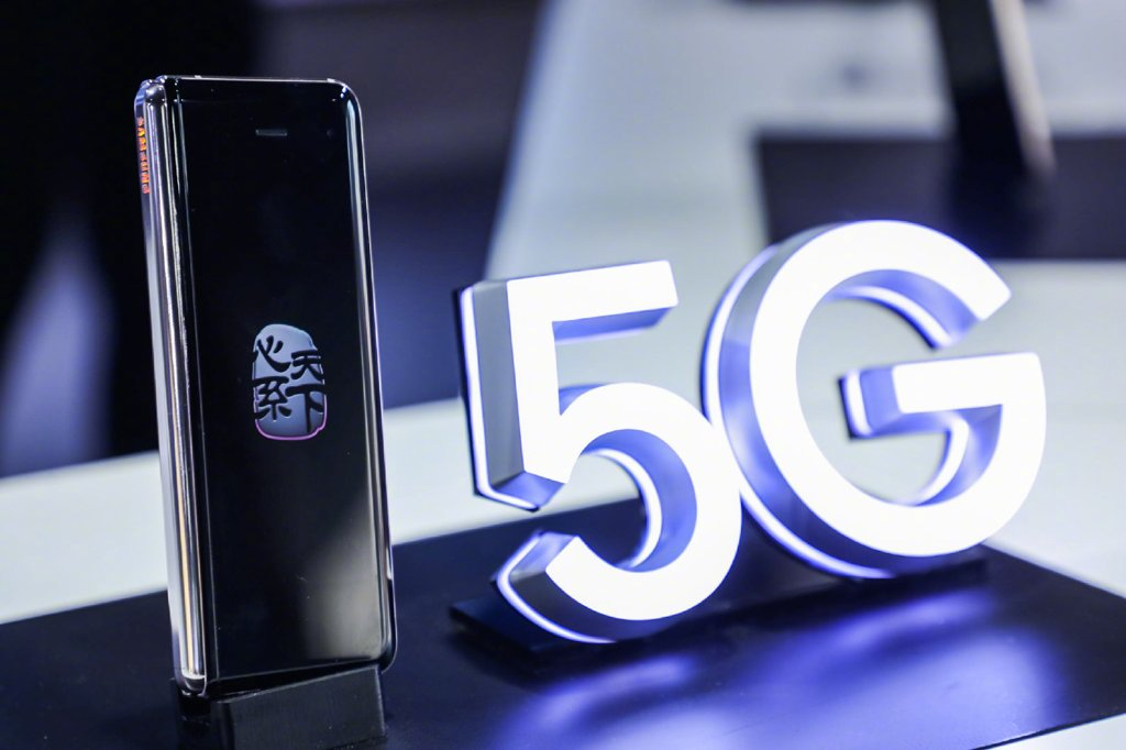 """资料图片:当地时间11月19日,三星电子在中国发布""""心系天下""""系列W20 5G版折叠手机。预计该机售价将破2万元。 三星微博截图(图片严禁转载复制)"""