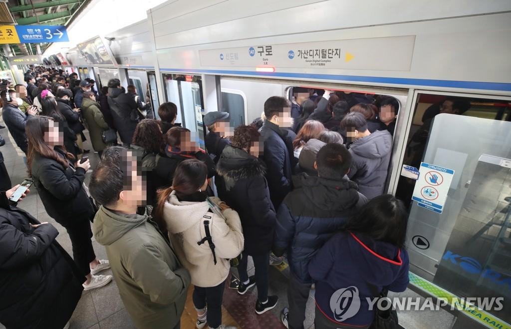 铁路罢工致地铁拥挤