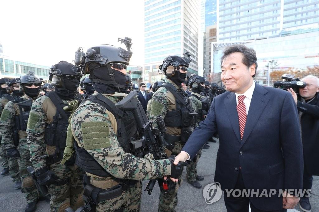 11月21日下午,在釜山市海云台区釜山会展中心,李洛渊(右)慰问参加2019国家反恐综合演习的人员。 韩联社