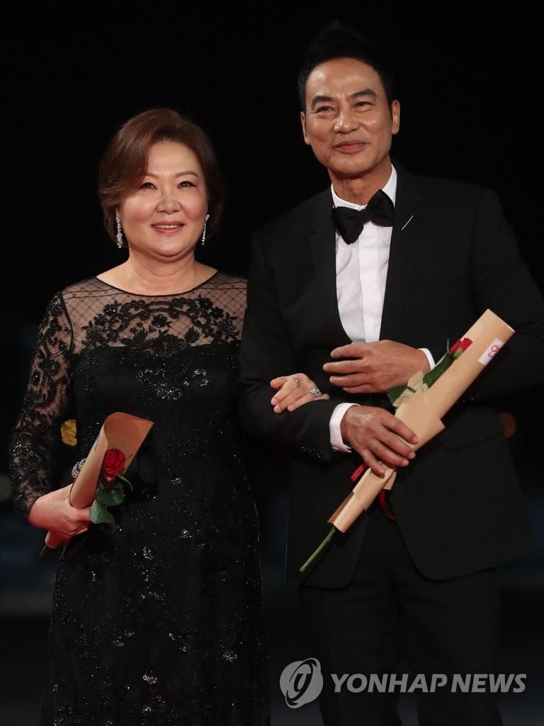 演员金海淑(左)与任达华 韩联社