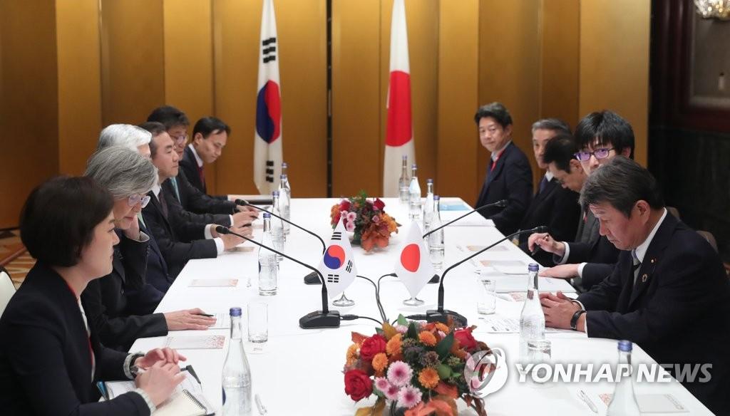 资料图片:11月23日,在日本,韩国外长康京和(左排左二)和日本外务相茂木敏充(右排右一)举行会谈。 韩联社
