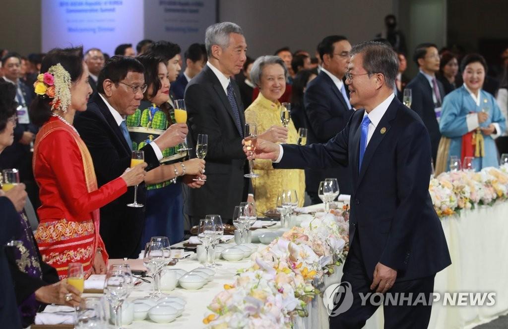 11月25日下午,在釜山希尔顿酒店,韩国总统文在寅(右)在2019韩国-东盟特别峰会欢迎晚宴上敬酒。 韩联社
