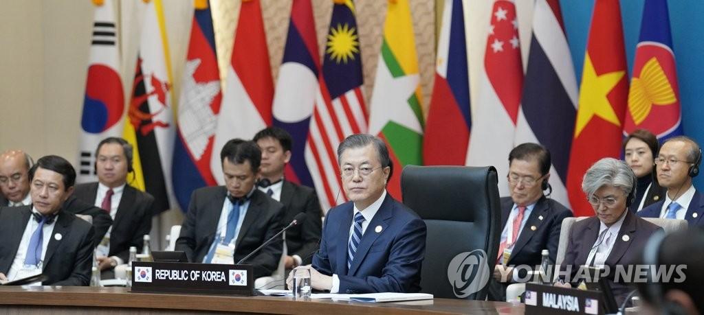 文在寅(前排左三)出席韩国-东盟特别峰会。 韩联社