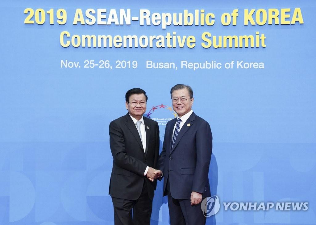韩老挝首脑会谈在釜山举行