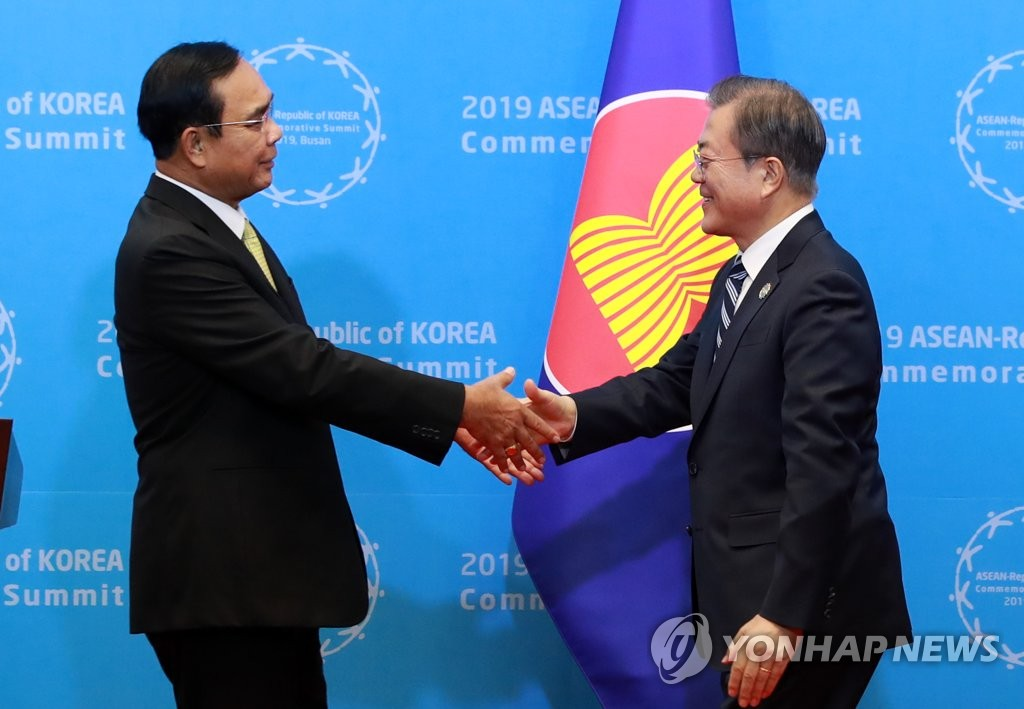 11月26日下午,在釜山会展中心,文在寅同东盟主席国泰国总理巴育握手。 韩联社
