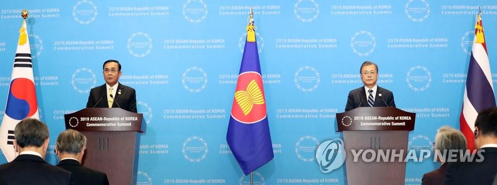 文在寅(右)在韩国-东盟特别峰会后发表联合新闻公报。 韩联社