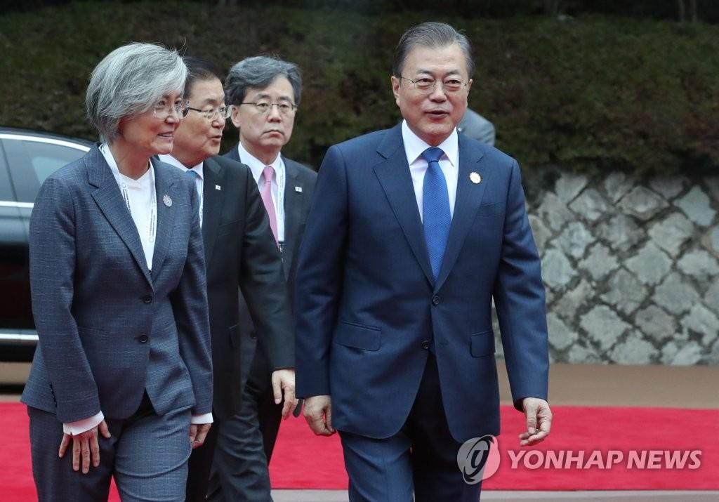 11月27日上午,文在寅(右)抵达釜山海云台区世峰楼。 韩联社