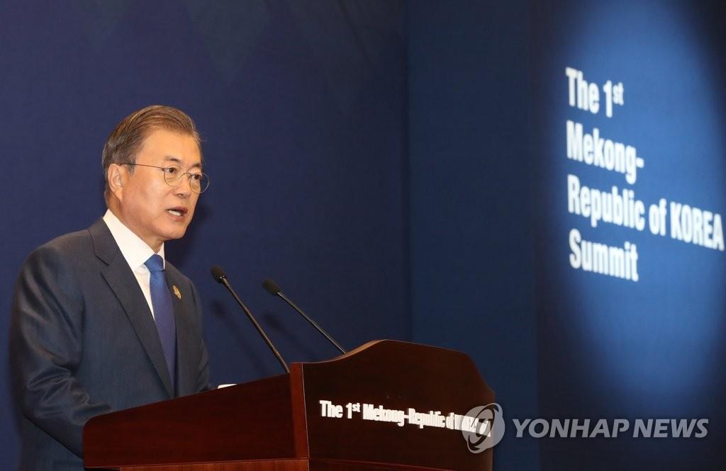 11月27日,在釜山会展中心,文在寅与泰国总理巴育发表第一届韩国-湄公河联合新闻公报。 韩联社