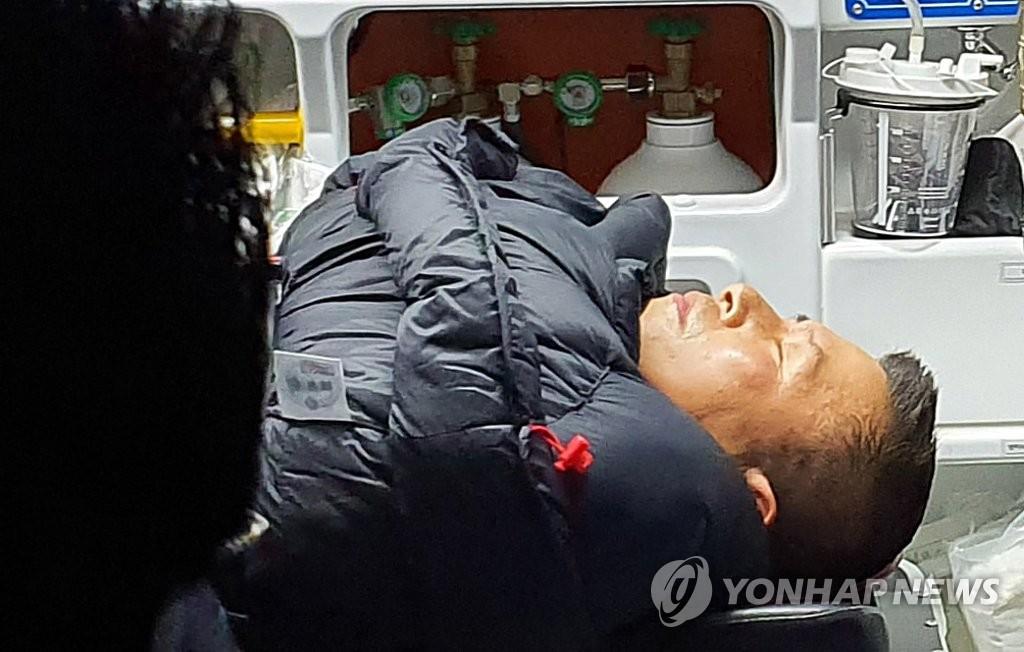 韩最大在野党党首绝食斗争中失去意识被送医