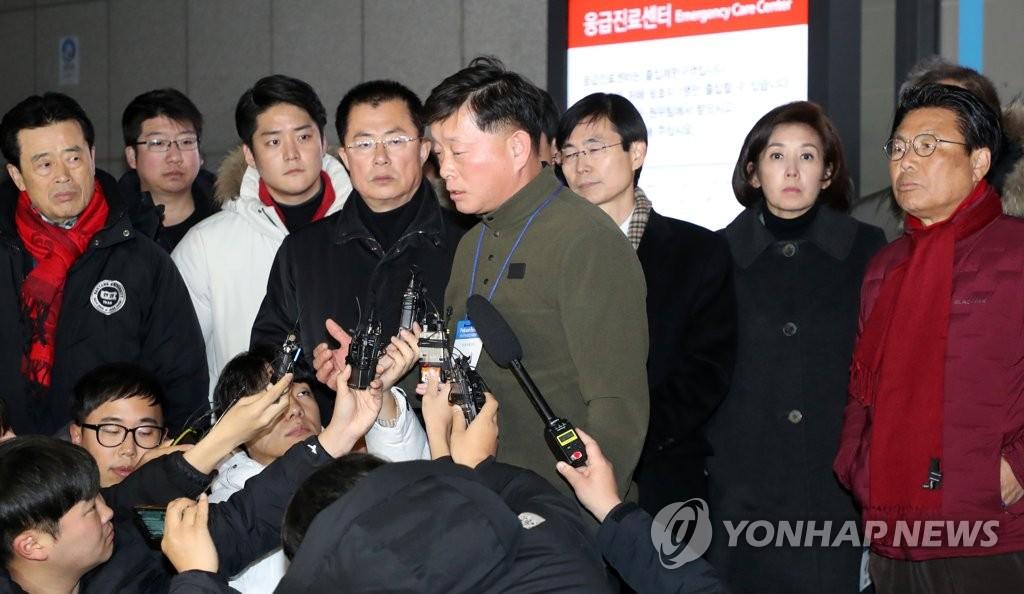 自由韩国党首席发言人金明渊在现场介绍黄教安的情况。 韩联社