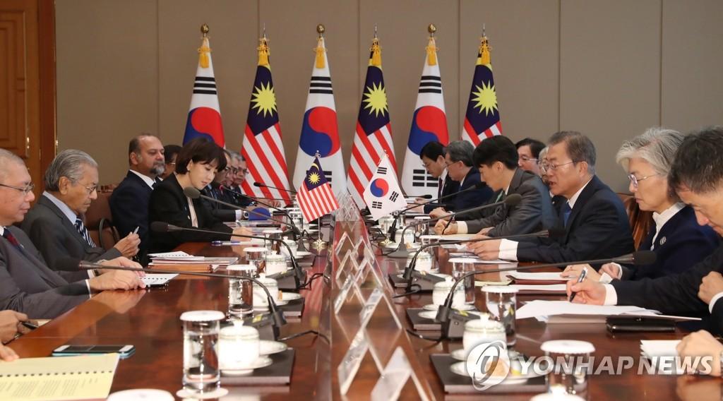 11月28日,在青瓦台,文在寅(右三)和马哈蒂尔举行会谈。 韩联社