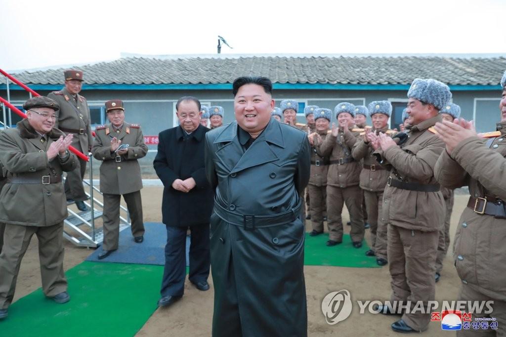 朝中社29日报道称,金正恩现场参观超大型火箭炮试射。 韩联社/朝中社(图片仅限韩国国内使用,严禁转载复制)