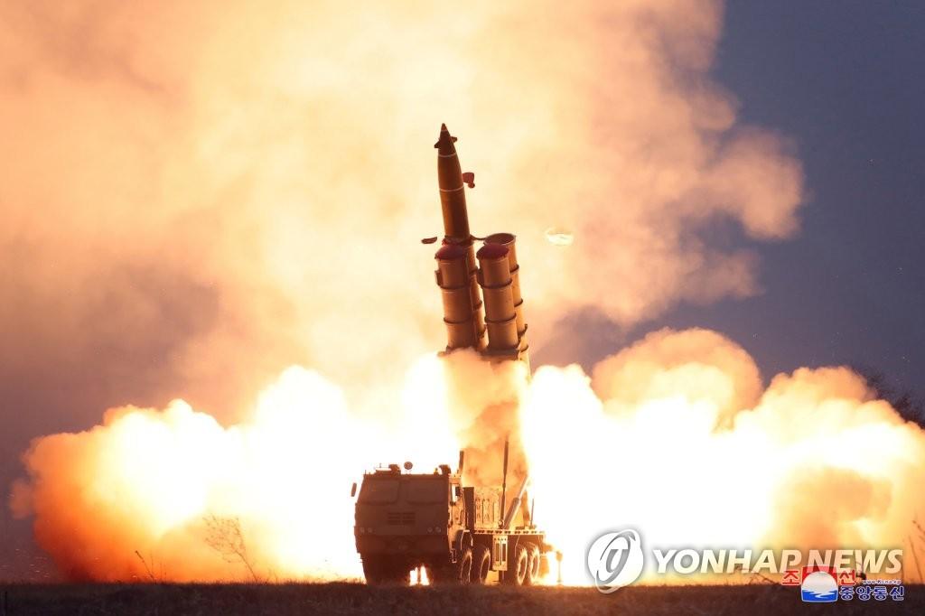 朝媒报道金正恩参观超大型火箭炮连射
