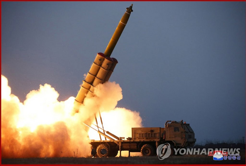 图为朝中社官网公开的超大型火箭炮试射现场。 韩联社/朝中社(图片仅限韩国国内使用,严禁转载复制)