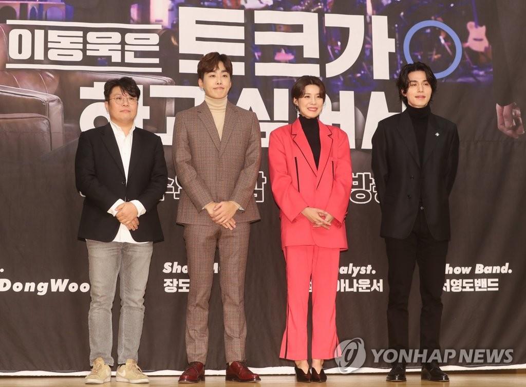 12月2日,在首尔木洞SBS电视台大楼,演员李栋旭(右一)出席脱口秀节目《李栋旭想做脱口秀》发布会并摆姿势供拍照。 韩联社