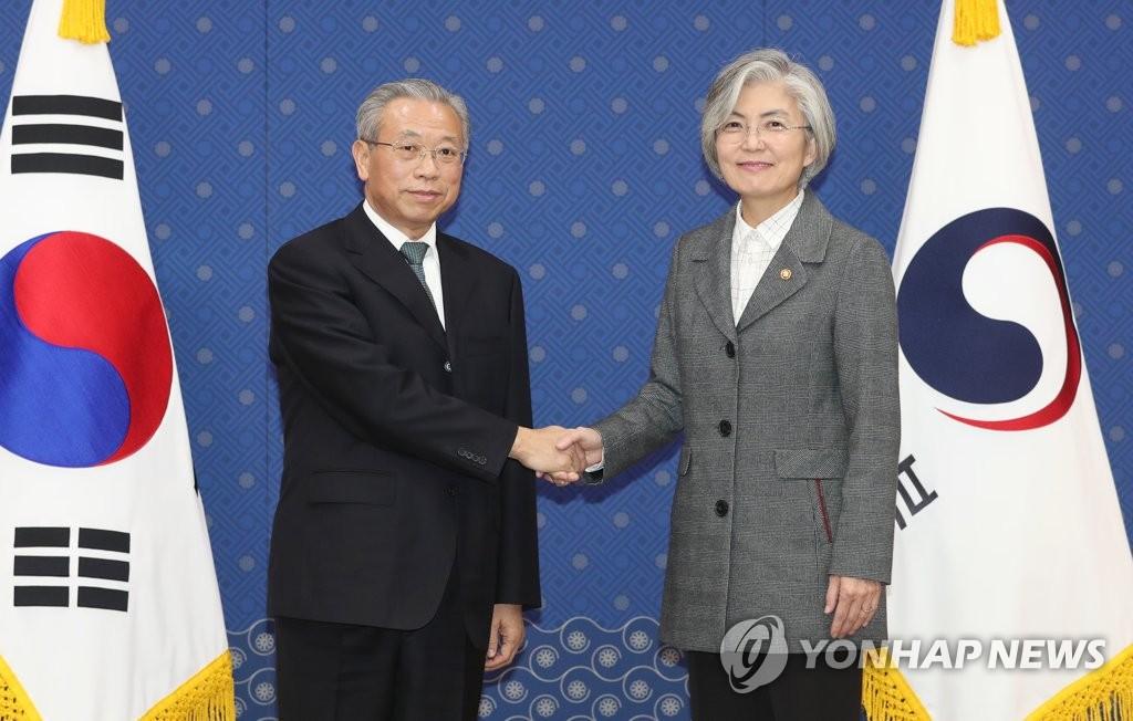 韩外长与山东省委书记刘家义握手
