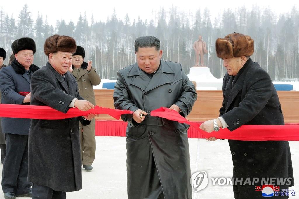金正恩出席三池渊邑地区竣工仪式