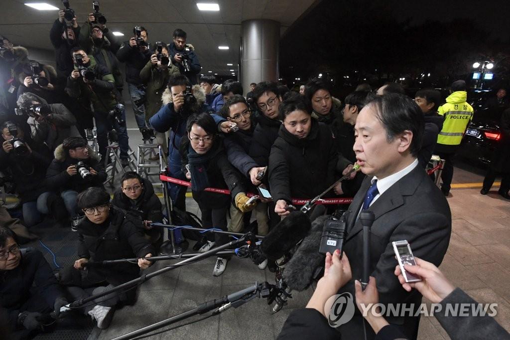 12月3日下午,日本新任驻韩大使富田浩司来韩履新。图为富田浩司在金浦国际机场接受媒体采访。 韩联社