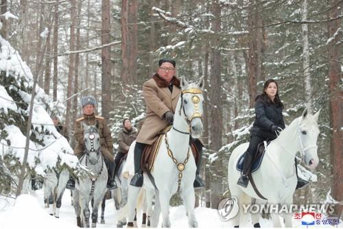 金正恩夫妇骑马登山