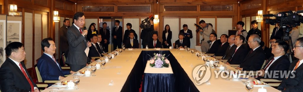 12月4日,在首尔总理公馆,韩国国务总理李洛渊(左三)会见中方企业家并致辞。 韩联社