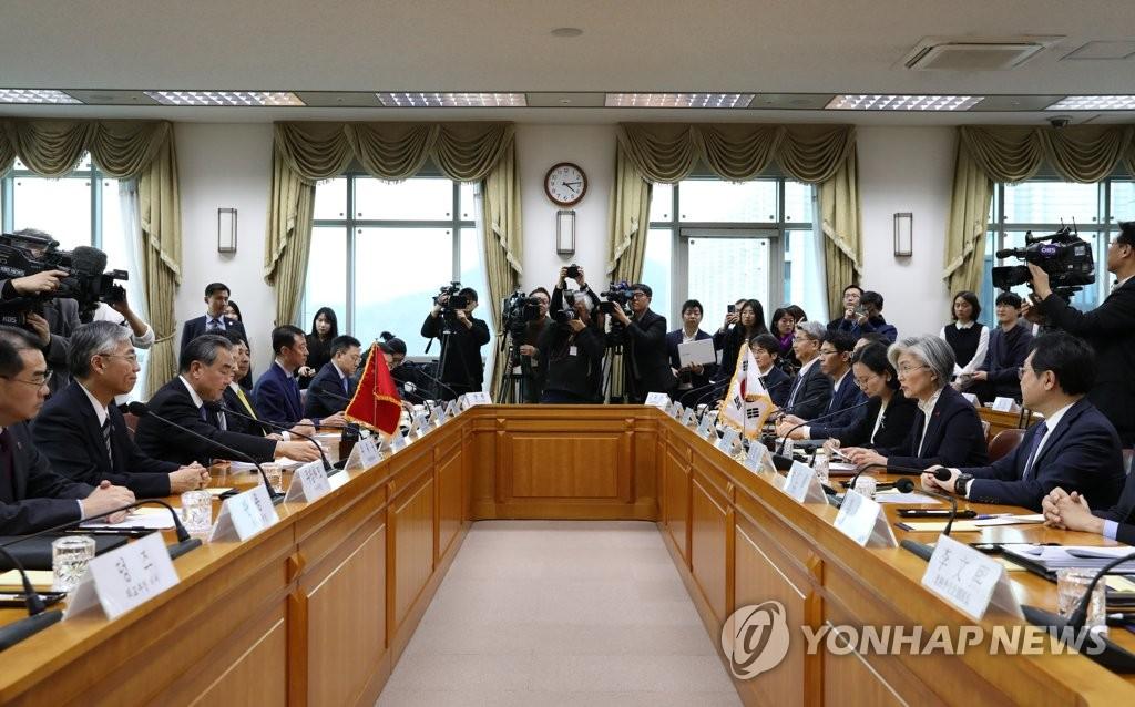 12月4日,在位于首尔的韩国外交部大楼,韩国外交部长官康京和(右二)与到访的中国国务委员兼外交部长王毅(左三)举行会谈。 韩联社