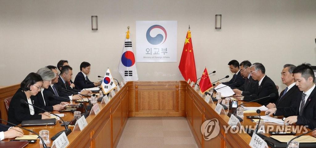 12月4日,在位于首尔的韩国外交部大楼,韩国外交部长官康京和(左排左二)与到访的中国国务委员兼外交部长王毅(右排右二)举行会谈。 韩联社