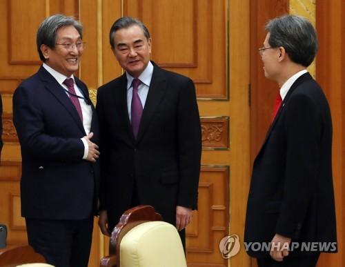 韩青瓦台幕僚长与中国外长王毅