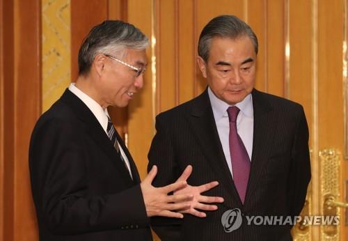 中国外长王毅与驻韩大使交谈
