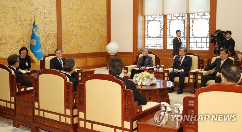 资料图片:2019年12月5日,在青瓦台,韩国总统文在寅会见中国外长王毅。 韩联社